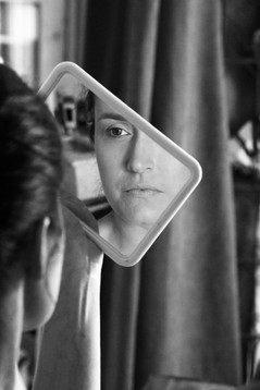 la future mariée se rergade d'un miroir noir et blanc