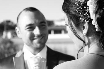 Le marié regarde sa femme