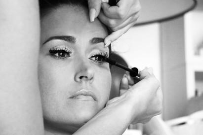 la fututre mariée se fait mettre du mascara sur les cils