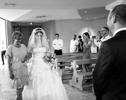 le marié accueille la mariée devant l'autel à l'église