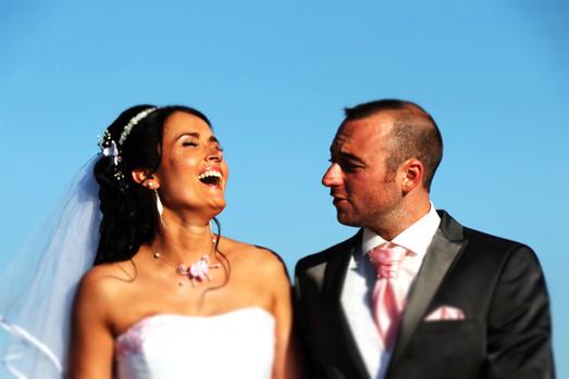 le marié fait rire la mariée