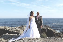 les mariés sur la falaise avec la mer en arrière plan