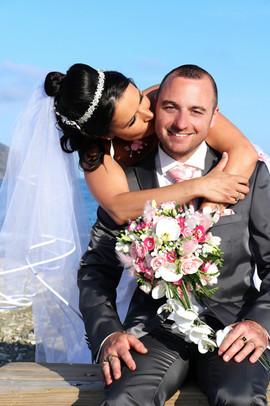 la marié embrasse son mari sur la joue