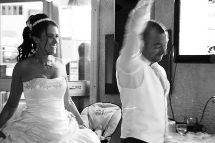 les mariés invitent les autres personnes à venir danser