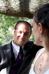les mariés échangent un regard amoureux