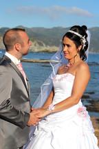 Photo de couple en bord de mer, les mariés se regardent