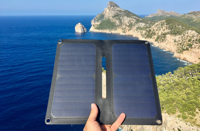 Alto_Solar_Charger_PV14_Hiking20.jpg