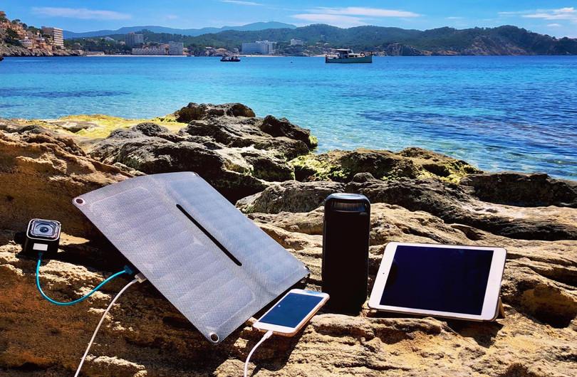 Alto_Solar_Charger_PV14_Beach_5W.jpg