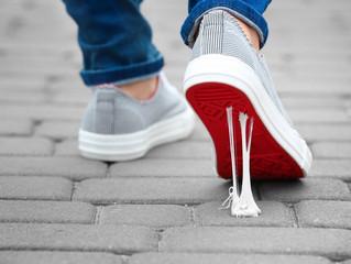 Gumshoe: les chaussures avec une semelle en chewing-gum