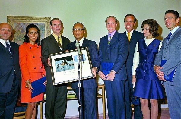 Les trois astronautes d'Apollo 15 accompagnés du secrétaire générale des nations unies U Thant et de l'ancien président George Bush Senior