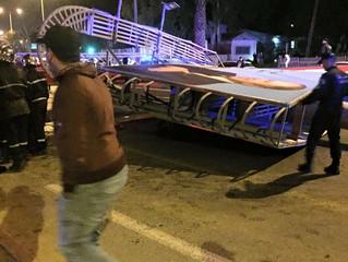 Un panneau publicitaire géant tombe sur un voie rapide à Alger jetant un pavé dans le monde de l&#39