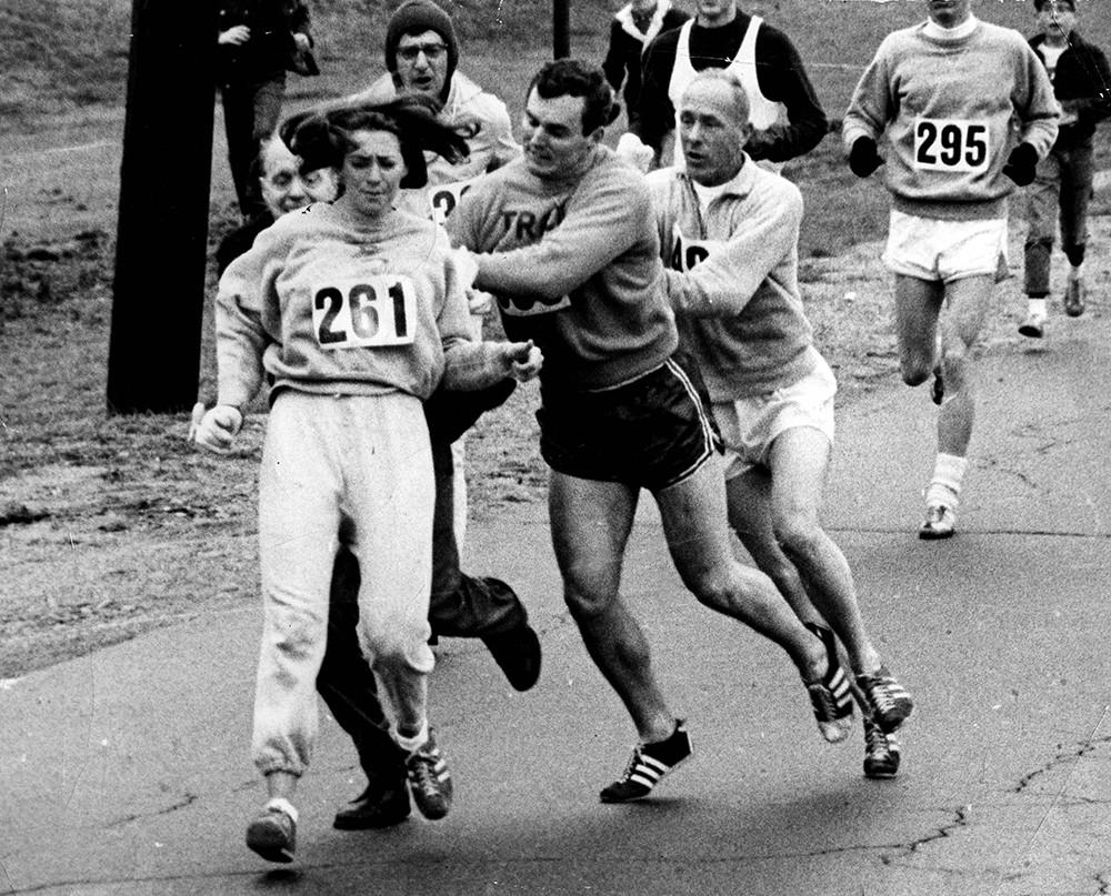 Kathrine  Switzer sendo expulsa da maratona