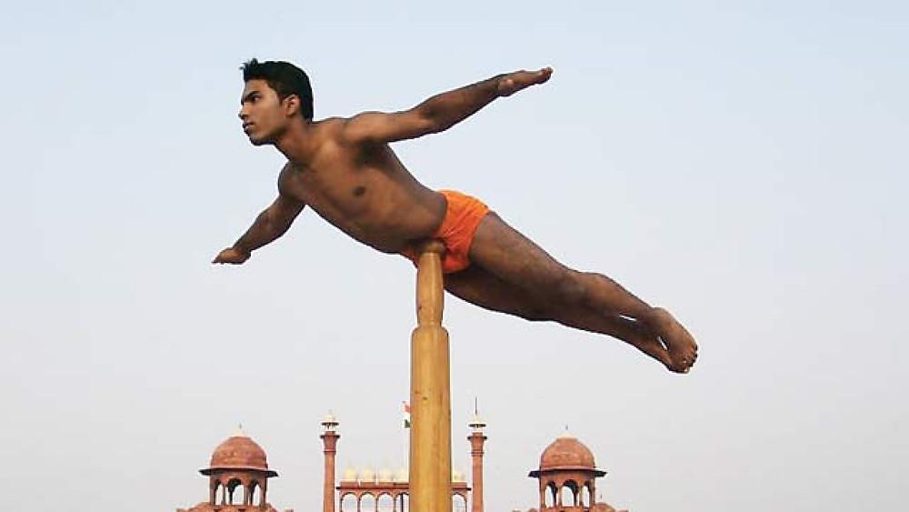 homem praticando Mallakhamb