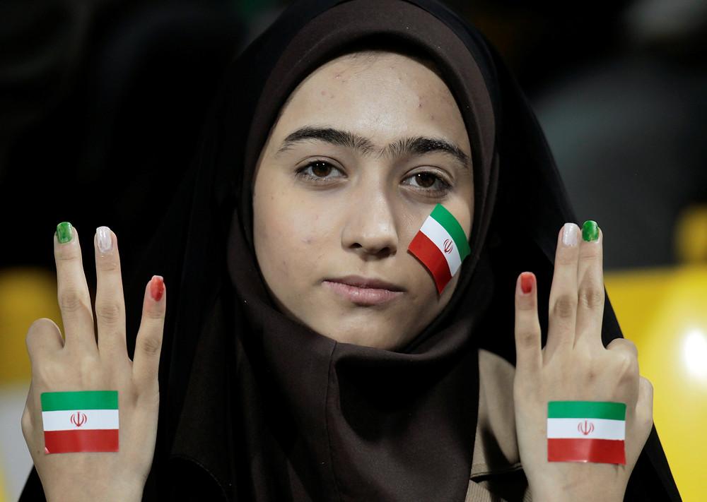 mulher iraniana no estádio de futebol