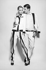 Модели в черно-белых костюмах