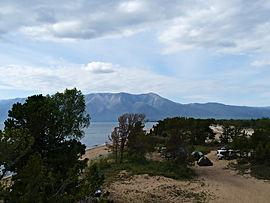 Летом на Чивыркуйском перешейке бывает много туристов с палатками.осёлка Усть-Баргузин.