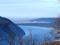 Вид на исток Ангары со смотровой площадки камень Черского в Листвянке.