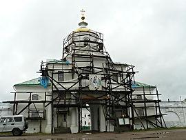 Надвратная церковь Архангела Михаила.