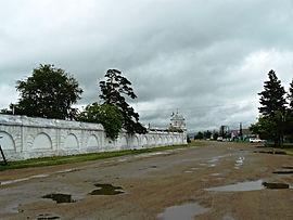 Каменная ограда монастыря с Восточной башней.