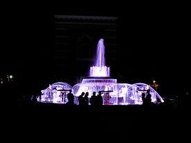 Музыкальный фонтан вечером.
