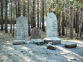 """Оленные камни расположены возле дугана """"Деважин""""."""
