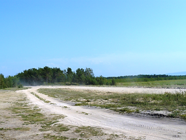 Вдоль восточного берега Бармашевого озера проходит дорога на Святой Нос.