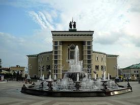 Музыкальный фонтан расположен напротив центральноговхода в Театр оперы и балета.