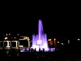 Музыкальный фонтан на площади перед театром ночью