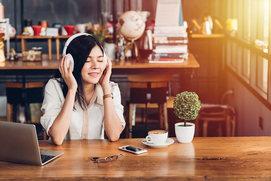 Lifestyle freelance woman he using earph