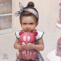 Little girl holding candy bucket / 抱糖果桶的小女孩