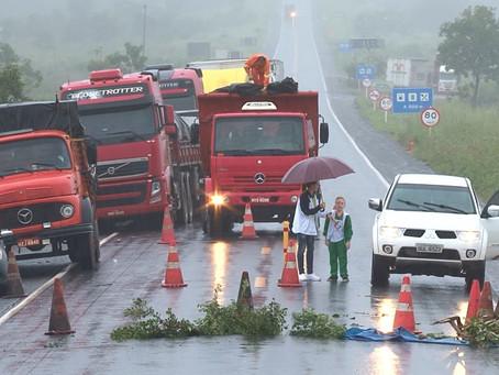 Motoristas improvisam desvio para fugir de cratera na BR 020