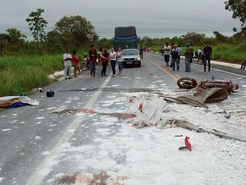 Duas pessoas morrem após bater em caminhão tombado na BR 020