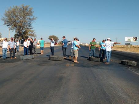 Caminhoneiros e Agricultores fecham BR 242 em Luís Eduardo Magalhães