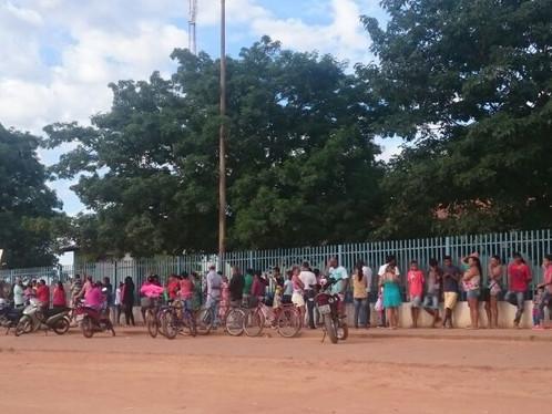 Moradores de LEM madrugam na fila por vacina contra Febre Amarela