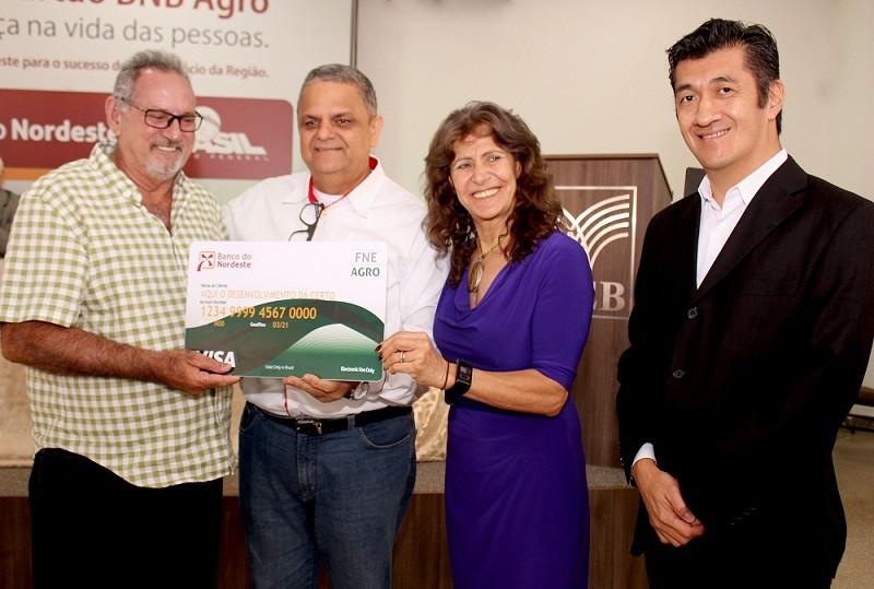 Durante a cerimônia em um ato simbólico alguns produtores rurais da região receberam em mãos o cartão BNB Agro das autoridades presentes