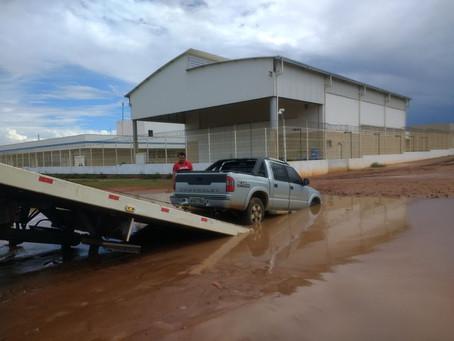 Armadilha disfarçada: Carros atolam em sequencia no Floráis Léa