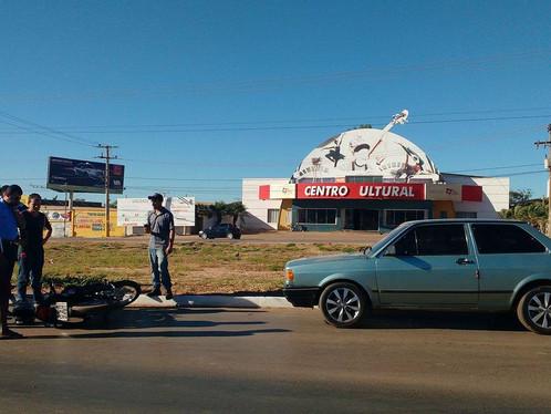 LEM: Motociclista fica ferido após acidente na zona urbana da BR 242