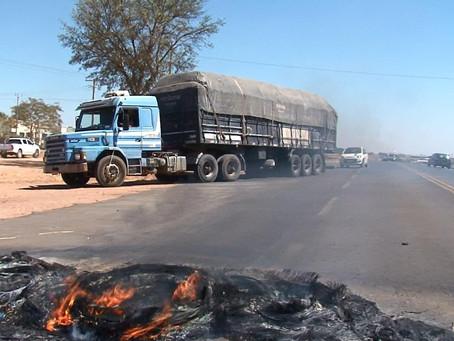Caminhoneiros põe fogo em pneus e bloqueiam BR 242