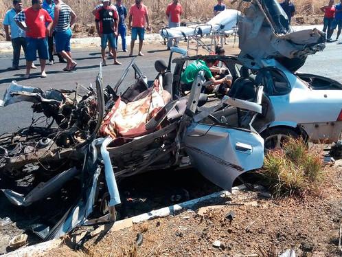 Duas pessoas morrem após acidente na BR 242