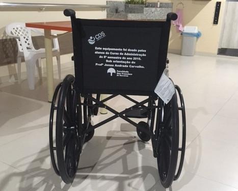 Estudantes de Administração usam lucros obtidos com empresas fictícias e compram cadeira de rodas