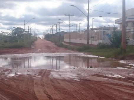 """Moradores improvisam """"atalho"""" por causade situação de avenida em LEM"""
