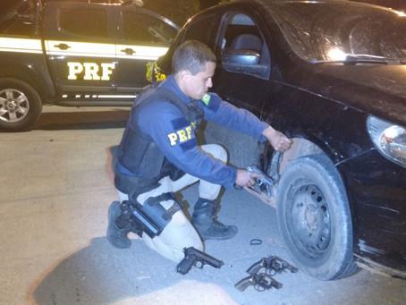 PRF apreende armas em caixa de rodas de carro na BR 242