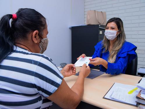 Mais de 1.200 pessoas já receberam os cartões do Auxílio Emergencial Municipal em LEM