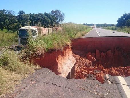 DNIT autoriza passagem de veículos pesados pelo desvio ao lado da cratera na BR 020, em Roda Velha