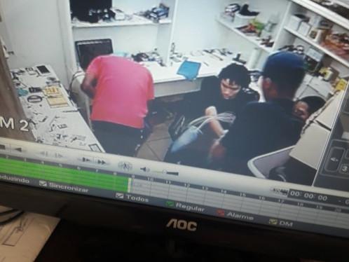 Câmeras flagram momento de assalto a loja de celulares no centro de LEM