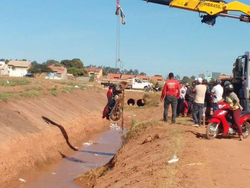 Homem que morreu após cair com moto no canal morava em LEM há apenas dois meses