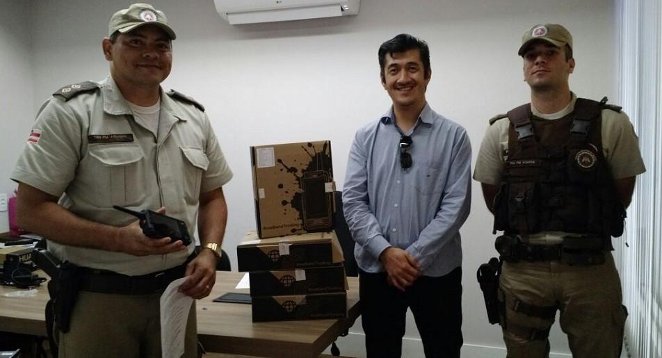 O subcomandante da 85ª CIPM Tenente Arlindo%2c o secretário Marçal Tsukamoto e o Tenente Fontes na entrega dos rádios comunicadores