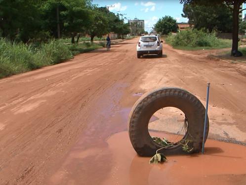 Capim, Cone, pedaços de pau e até pneu, moradores fazem de tudo pra sinalizar buracos de LEM