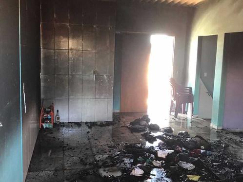 Casa pega fogo no bairro Conquista em LEM
