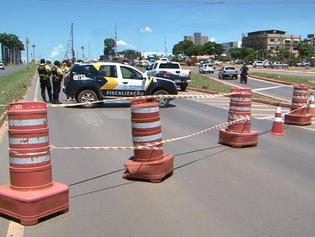 Instalação de passarelas interditam trechos da BR 242 e ruas no centro de LEM
